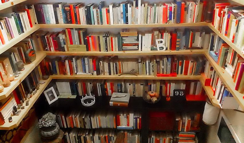 angolo di libreria con libri su tre lati